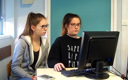 2 filles sont devant un ordinateur