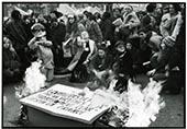Manifestation pour le droit à l'avortement en novembre 1971, des femmes assises et debout devant un une pancarte qu'elles flambent