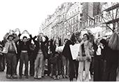 Photo de groupe de femmes pendant la manif de 1979 à Paris, les mains au dessus de la tête en forme de vulve, symbole du MLF des années 70
