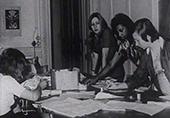 4 jeunes filles autour d'une table faisant de la couture