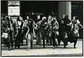 Groupe de femmes se tenant le bras, sortant d'une action contre l'emission de Ménie Grégoire