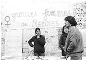 Banderole :Groupes femmes de Rennes, avec 2 femmes tenant un stand de livre