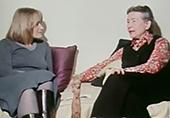 A gauche alice Schwarzer et à droite simone de Beauvoir, assisent