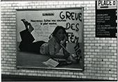 """graffiti """"grève des femmes"""" sur une affiche dans le metre juin 1974"""