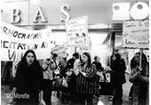 Rassemblement devant un cinéma porno, des femmes avec des banderoles