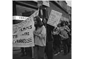 Manifestation Tarbes 14 mars 1975 contre Franco, des femmes défilent avec leur pancartes
