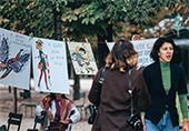 septembre 1974, Jardin du Luxembourg  Rassemblement organisé par la Ligue du droit des femmes contre le sexisme dans les manuels scolaires, on voit Annie Cohen