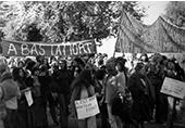 Manifestation Hendaye 5 octobre 1975 contre Franco, des femmes défilent avec leur pancartes