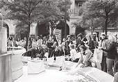 """grève des femmes"""" juin 1974 des femmes autour de la fontaine des innoncents"""