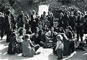 Hommage aux femmes de la Commune 29 mars 1971 à Paris, des femmes en rond chantent des chansons