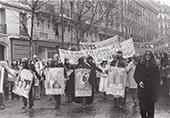 Manifestation 8 mars 1975 des femmes défilent avec des pancartes et des banderoles