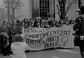 Bilbao_Manifestation pour le droit à l'IVG octobre 1979 à paris, des femmes défilent avec une pancarte en Basque