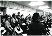 Réunion MLF 1971 (Paris) des femmes assisent dans une salle