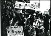 8mars 1975 manifestation, pancartes et femmes qui défilent à Paris