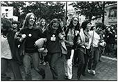 Manifestation pour un renforecment de la loi pour l'IVG 6 octobre 1979 à paris, des femmes se tiennent le bras et chantent