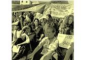 Manifestation Hendate 5 oct 1975 contre Franco, des femmes sont assises avec leurs pancartes