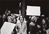 Grève de sfemmes Juin 1974 des femmes dans la rue avec des pancartes