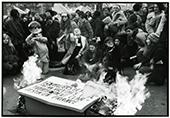 Manif pour les droits de l'IVG 20 nov 1971 des femmes devant une pancarte qu'elles font bruler