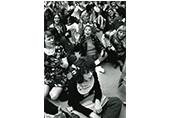 Des femmes assisent déguisées en petites filles à l'occasion de la fête des mères, le 28 mars 72