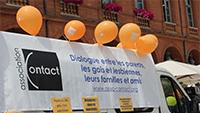 Pancarte de Contact avec des ballons oranges